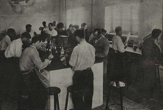 Il·lustració 4. Vista del laboratori d'Agustín Trigo a València a principis del segle XX. Produïa un famós refresc.
