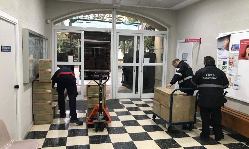 La UV fa un primer lliurament de material a la Generalitat: 100.000 guants, 10.000 mascaretes i 2.400 bates quirúrgiques d'un sol ús - imatge 0