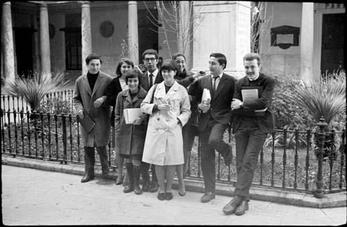 Grupo de Estudiantes de Filosofía y Letras vinculados al Sindicato Democrático de Estudiantes, en el claustro de la Universidad Literaria de Valencia. 1966.