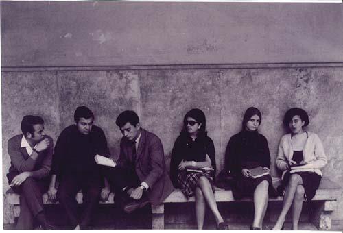 Estudiantes en el claustro del edificio histórico de la Universidad de Valencia. c. 1965.