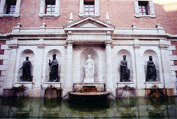 1964: The fountain was built in the Plaza del Patriarca with sculptures by Octavio Vicent