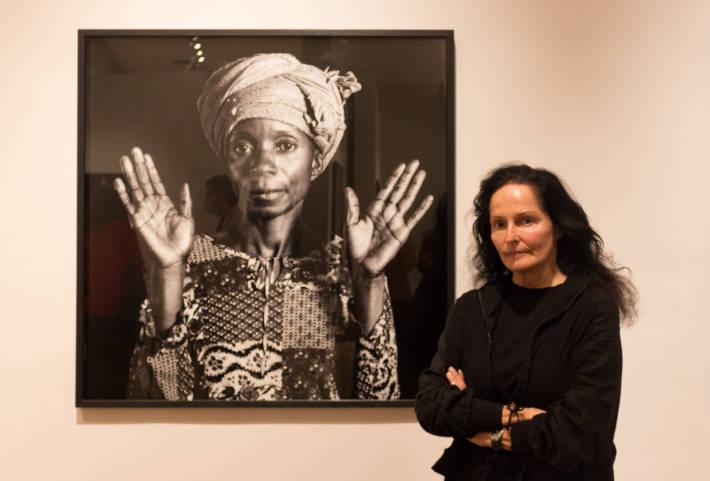 Isabel Muñoz posa davant d'una de les seues obres.