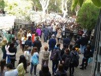 """Foto de la concentració a la porta de la Facultat de Filosofia i Ciències de la Educació el """"Dia Internacional per a l'Eliminació de la Violència contra les Dones"""" (25-nov-2014)"""
