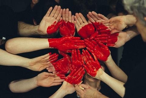 Mans pintades de varies persones formant un cor