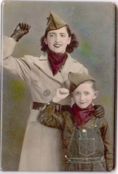 Una emigrant valenciana, amb el seu fill, puny en alt.