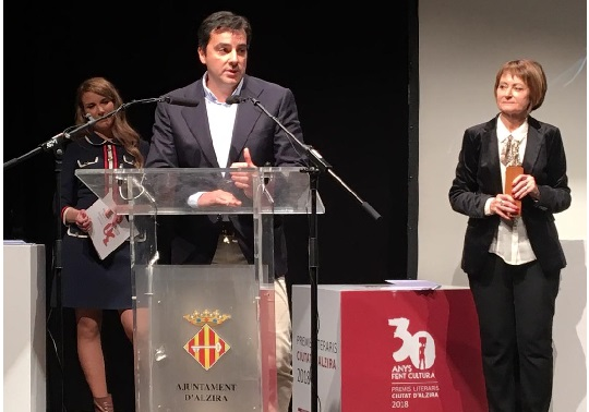 David González Jara, winner of the XXIV Estudi General European Award for Scientific Dissemination; Mavi Mestre, rector of the University of Valencia and Maria Fuster, broadcaster at the Ciutat d'Alzira Literary Awards dinner.