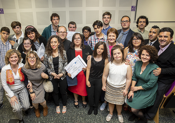 The 18 students of the course of Fundación ONCE with the Principal Maria Vicenta Mestre, teaching staff and contributors.