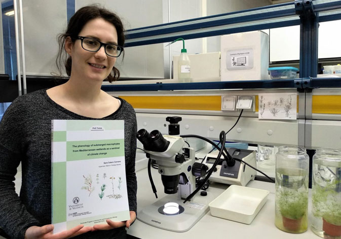 Sara Calero with a copy of her doctoral thesis at the Cavanilles Institute of Biodiversity and Evolutionary Biology.