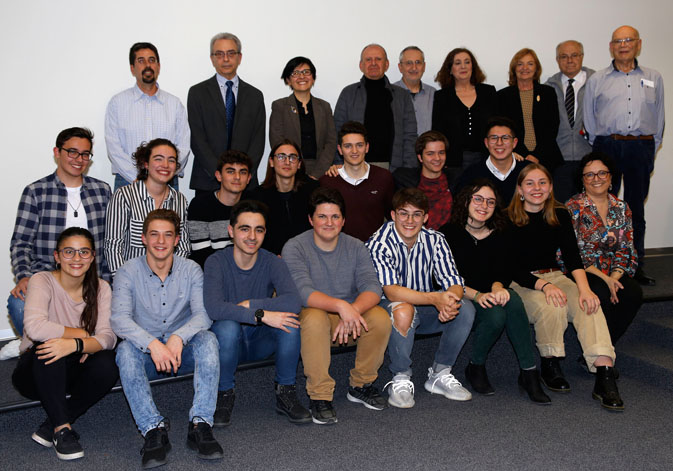 Award-winning students and team coordinator of the local stage of Valencia at the XXX Physics Olympiad.
