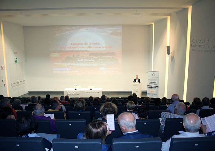The director of the Ontinyent Campus, José Cantó, presented the lecturer Juli Peretó in Ontinyent. 29/10/2017