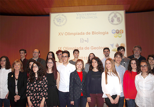 The principal Mª Vicenta Mestre with the awarded students