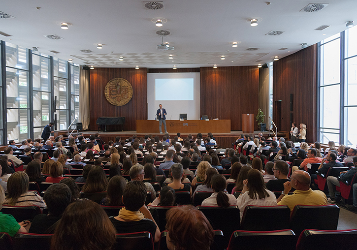Photo of the Aula Magna of the Faculty. The audience is on their seats while the speaker gives a speech.