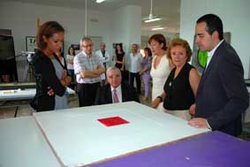 The Valencian Government's Minister Lola Johnson and the Vice-Principal Antonio Ariño (first and second on the left) along with other representatives, receive the works.