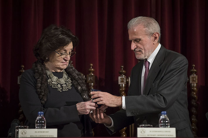 Antonia Mir with Esteban Morcillo at the time of receiving the University Medal.