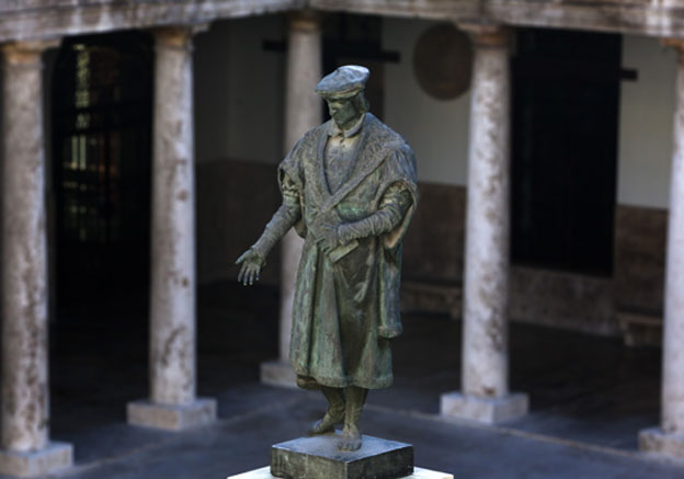 Sculpture of Lluís Vives in the cloister of La Nau.