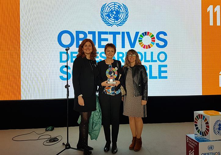 Elena Martínez, Mª Vicenta Mestre y Celeste Asensi con el premio recibido