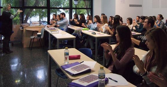 Dues persones comunicant-se a l'aula amb llengua de signes