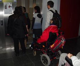 Acces al ascensor de un alumne amb cadira de rodes
