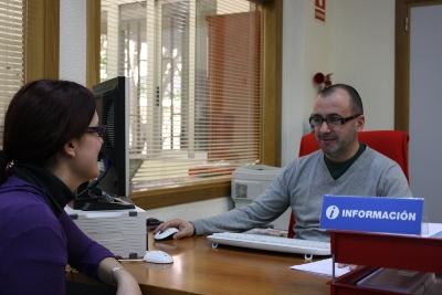Personal Administrativo ofreciendo información a estudiante