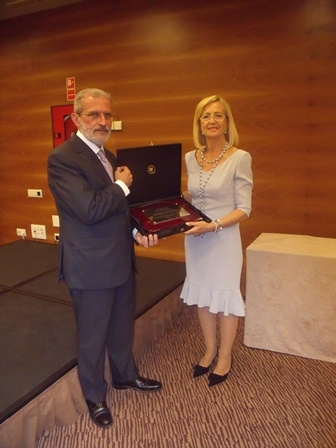 Entrega del premi. Rector D. Esteban Morcillo Sánchez i Dª Pilar Gadea, Presidenta d'Asindown